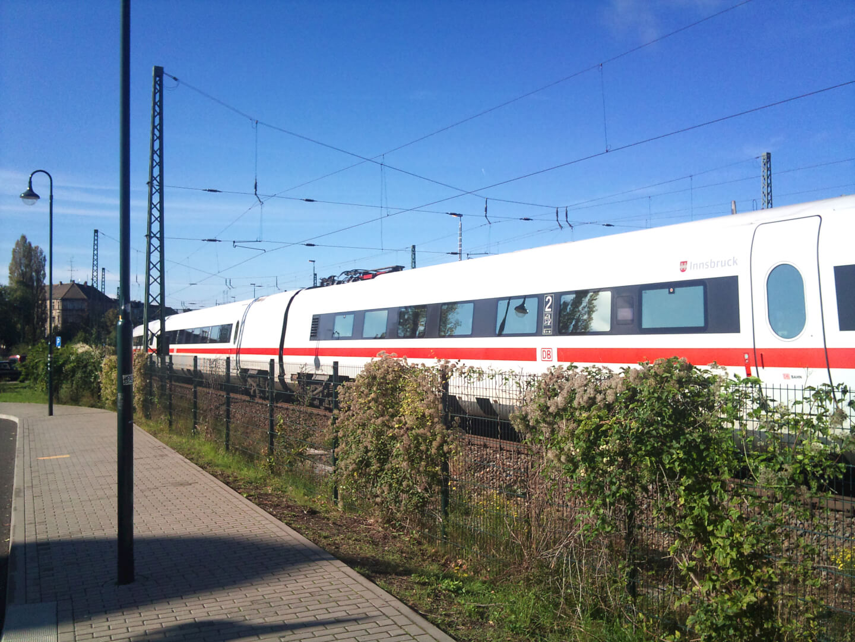 Zug fährt vorbei (c) familienfreund.de
