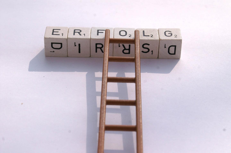 Erfolg | Würfelbuchstaben und Leiter für Aufstieg (c) S. Hofschlaeger/ pixelio.de