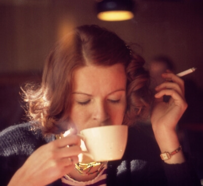 Frau raucht Zigarette (c) Jerzy / pixelio.de