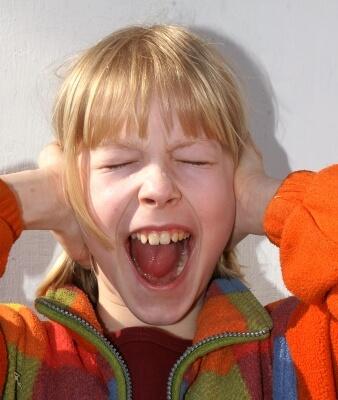 Mädchen schreit und hält Ohren zu (c) S. Hofschlaeger / pixelio.de