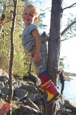 aufgehängt, Junge hängt am Baum (c) Ines Friedrich / pixelio.de