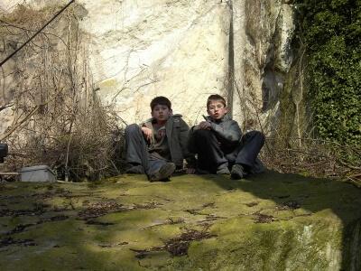 Junge zwischen Felsen (c) Frank Rosskoss / pixelio.de