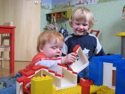 kinder spielen mit Bausteinen (c) Torsten-Schröder/pixelio.de