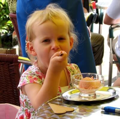 Kind ist Eiskugel (c) Michael Baudy  / pixelio.de