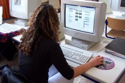 Computer | Frau arbeitet am PC (c) Manfred Jahreis / pixelio.de