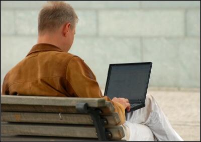 Mann am Laptop (c) schubalu / pixelio.de
