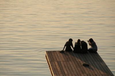 Jugendliche am See (c) Ben Kempe / pixelio.de
