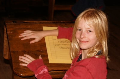Mädchen in der Schule (c) S. Hofschlaeger / pixelio.de