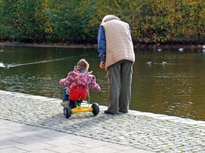Oma mit Kind auf dem Dreirad (c) Viktor Schwabenland / pixelio.de