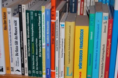 Bücher im Regal (c) H. E. Balling  / pixelio.de
