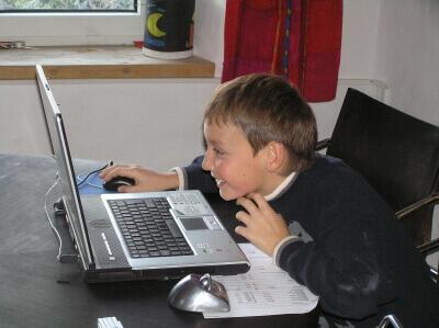 Kind (Junge) am Computer (c) Daniel Stricker / pixelio.de