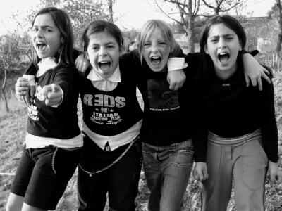 Kinder | Kindergruppe lacht ins Bild (c) Sabine Meyer / pixelio.de