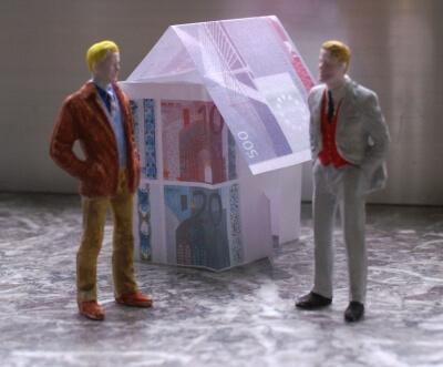 Arbeit | Haus aus Geld mit 2 Männern davor (c) S. Hofschlaeger / pixelio.de