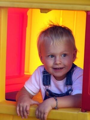Kind schaut neugierig (c) Franz Mairinger / pixelio.de