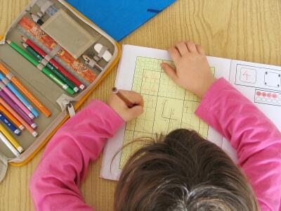 Kind erledigt Hausaufgaben (c) thommy weiss / pixelio.de