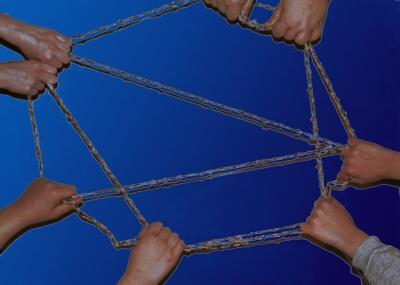 Netzwerk - Hände mit Stricken (c) S. Hofschlaeger / pixelio.de