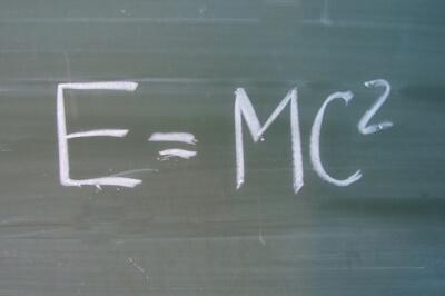 Schule | Tafel mit Formel zur Relativitätstheorie (c) S. Hofschlaeger / pixelio.de