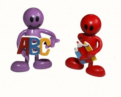 Schule | Figuren mit ABC und Stiften (c) Stephanie Hofschlaeger / pixelio.de