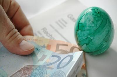 Geld | Geldscheine mit Ei (c) Klaus-Uwe-Gerhardt / pixelio.de