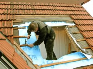 Arbeit | Zimmermann auf dem Dach (c) Rainer Sturm / pixelio.de