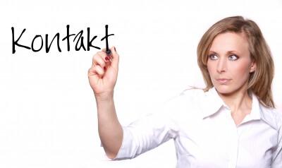 Arbeit | Frau nimmt Kontakt auf (c) konstantin gastmann / pixelio.de