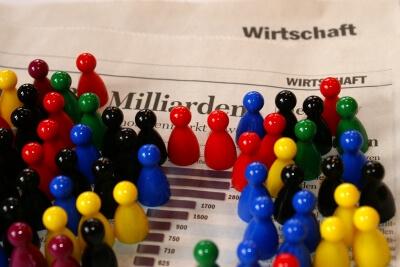 Spielfiguren stehen auf Zeitung (c) Stephanie Hofschlaeger/pixelio.de