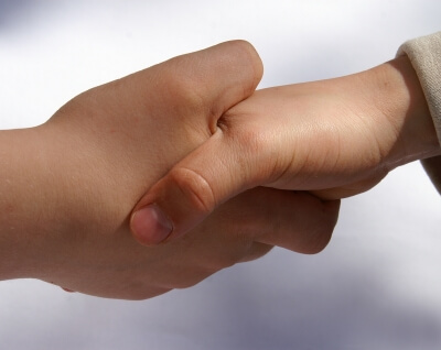 Handschlag (c) Stephanie Hofschlaeger / pixelio.de