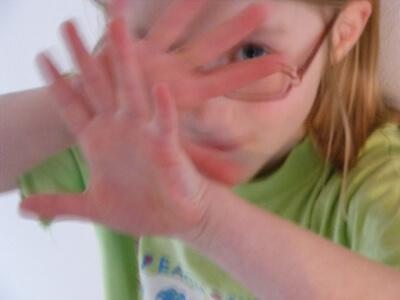 Kind | Mädchen hält schützend die Hände vors Gesicht (c) myself / pixelio.de