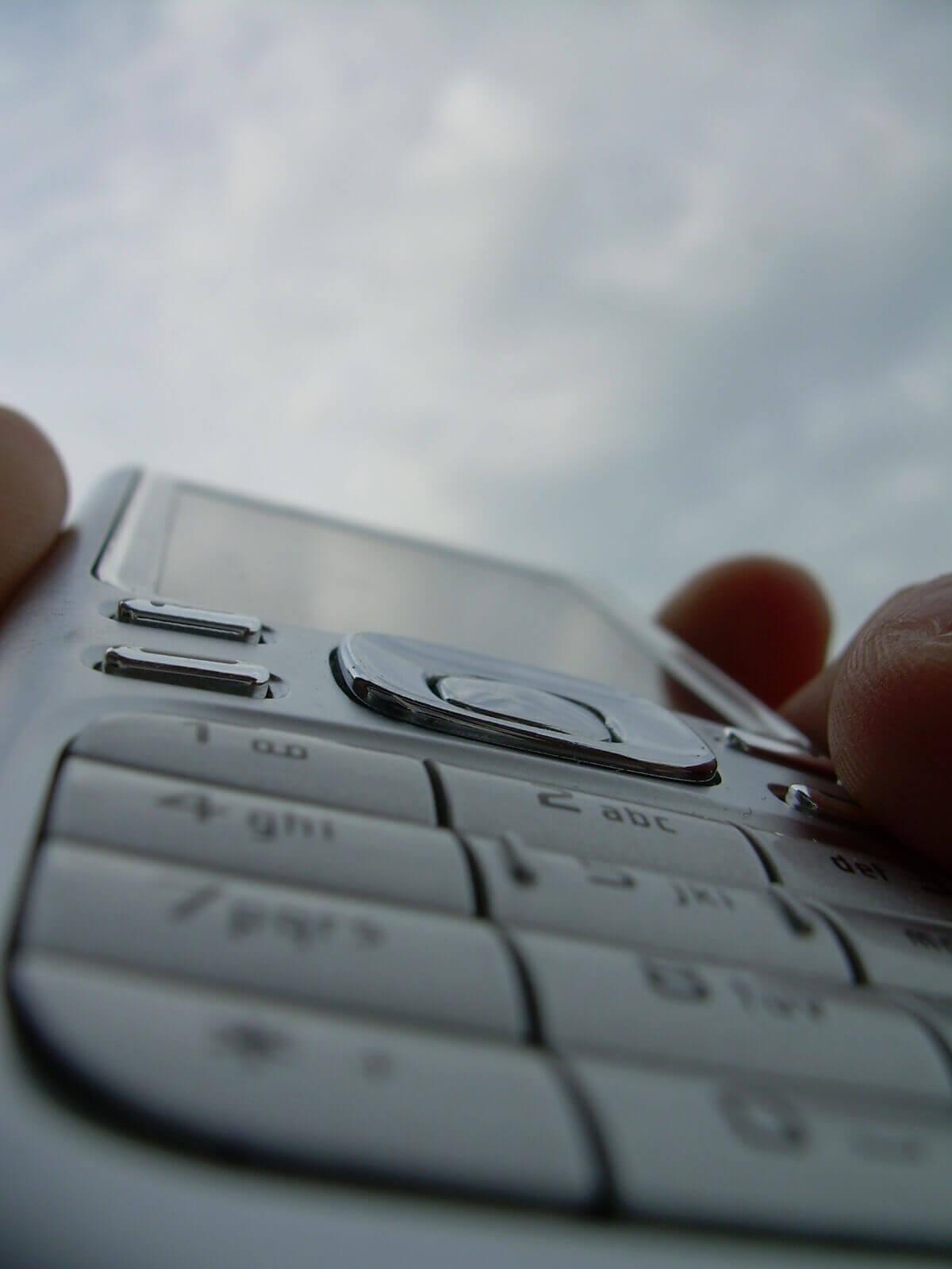 Handy in der Hand (c) plambeck / pixelio.de