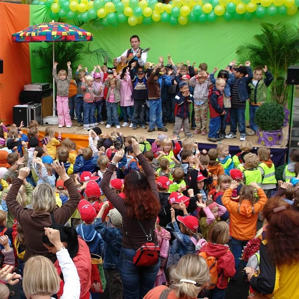 Spiel- und Bewegungslieder mit Kinderliedermacher Wolfgang Hering (c) springmaeuschen.de