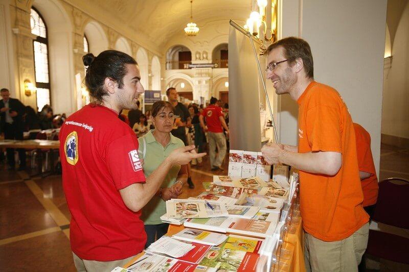 Die familienfreund KG informiert auf der Integrationsmesse im persönlichen Gespräch. (c) 2011, migranten-leipzig.de