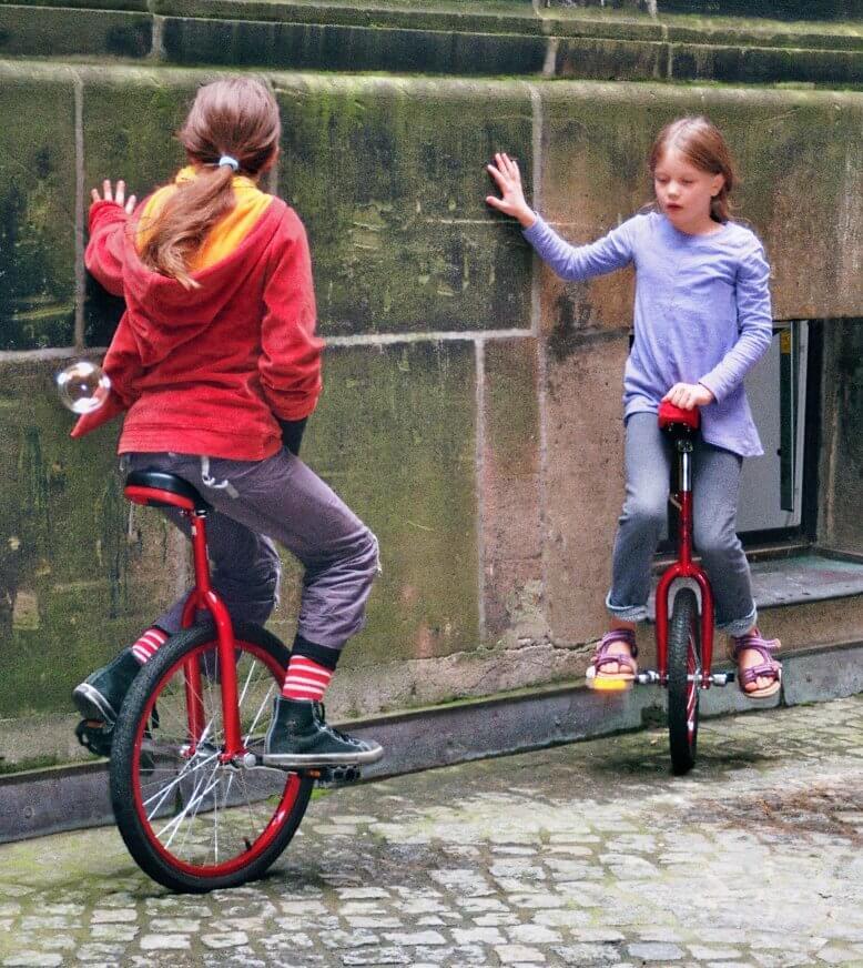 Sport | Kinder fahren Einrad (c) springkraut.org