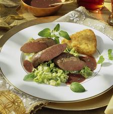 Gebratener Rehrücken mit Rotwein-Sahne-Soße (c) welt-der-rezepte.de