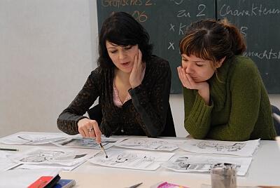 Schule | Studentin mit Seminarleiterin (c) designschule.de