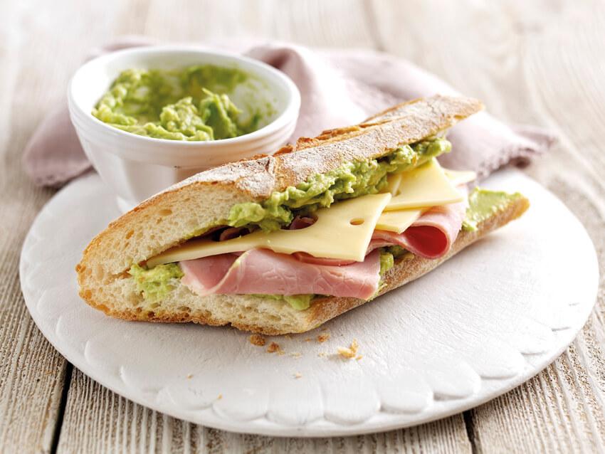 baguette mit schinken, käse und avocado (c) koestlicheavocados.com