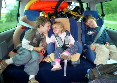 Kinder im Kindersitz im Auto (c) Albrecht E. Arnold / pixelio.de