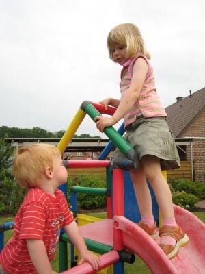 Kind | 2 Kinder auf dem Klettergerüst (c) torsten schröder / pixelio.de