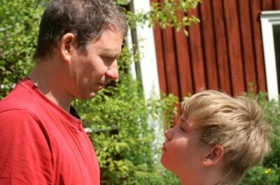 Vater und Sohn (c) Stephanie Hofschlaeger / pixelio.de