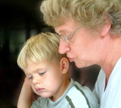 Oma liest Enkel vor (c) Dirk Schelpe / pixelio.de