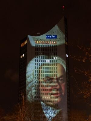 Leipzig | Cityhochhaus mit Bach angestrahlt (c) luutze78 / pixelio.de