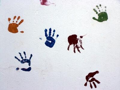 Kinderhände auf Tapete (c) knipseline / pixelio.de