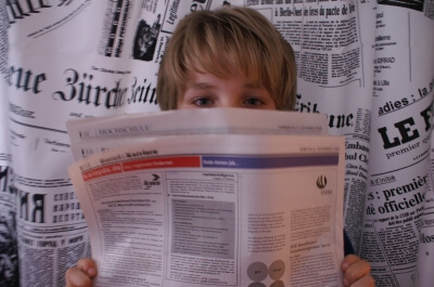 Junge liest Zeitung (c) Stephanie Hofschlaeger / pixelio.de