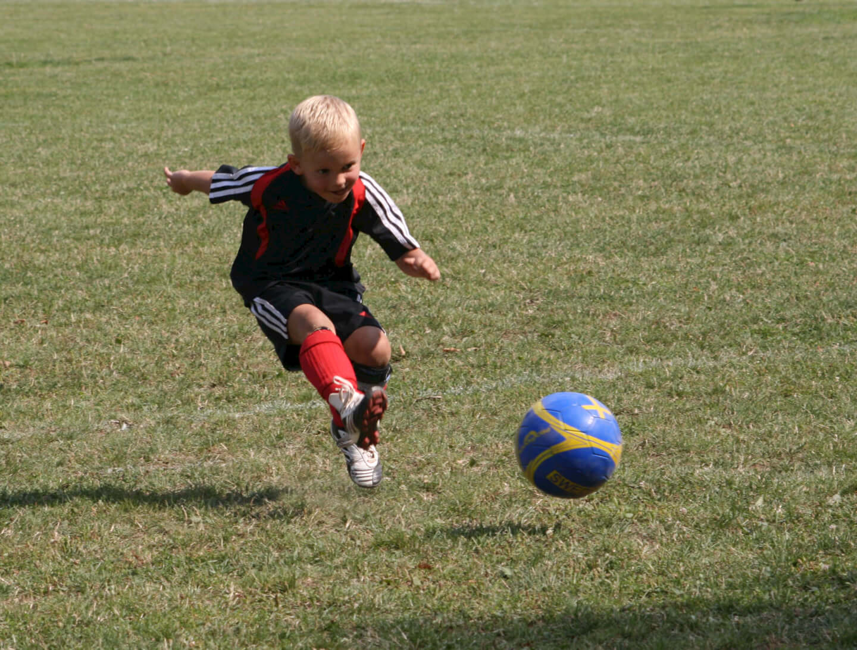 Sport | Kind schiesst den Fußball (c) I.Friedrich  / pixelio.de
