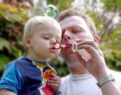 Mann mit Kind macht Seifenblasen (c) dirk schelpe / pixelio.de