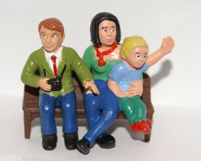 Familie | Figurengruppe sitzt auf einer Bank (c) Stephanie Hofschlaeger / pixelio.de