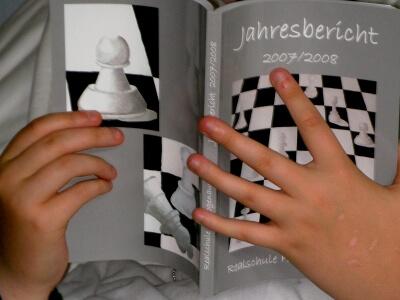 Mädchen liest Buch (c) Hartmut910 / pixelio.de