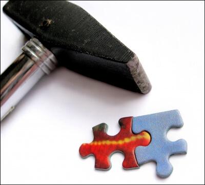 Arbeit | Hammer mit Puzzleteilen (c) berwis / pixelio.de