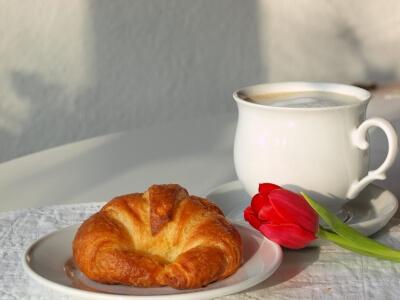Frühstück | Kaffee und Croissant (c) Gänseblümchen / pixelio.de
