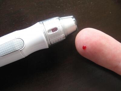 Gesundheit   Diabetiker nimmt Blut ab am Finger (c) Michael Horn  / pixelio.de