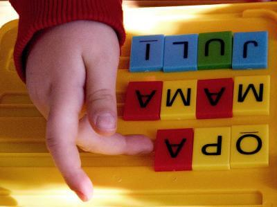 Kind legt Wörter (c) adel / pixelio.de